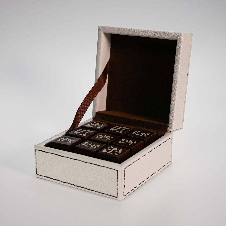 Coffret en cuir ivoir 18 chocolats chocolats Genevieve Grandbois